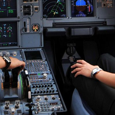 Lentokoneen ohjaamo.