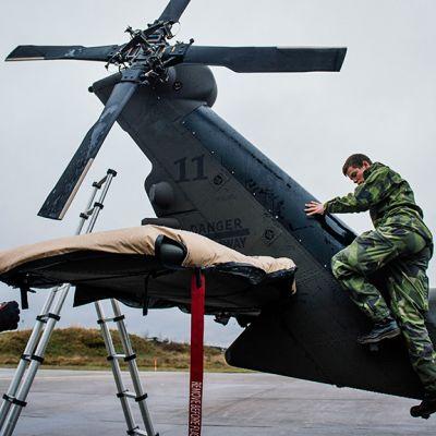 Ruotsalaiset sotilaat valmistelevat Blackhawk-helikopteria.