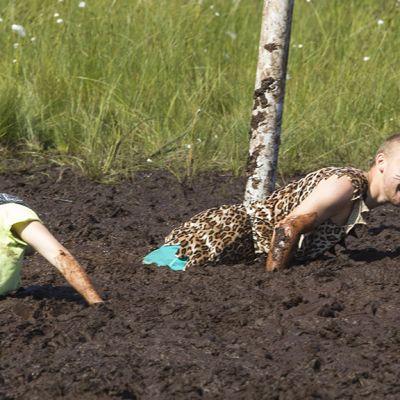 Kaksi henkilöä pahasti jumissa suossa.