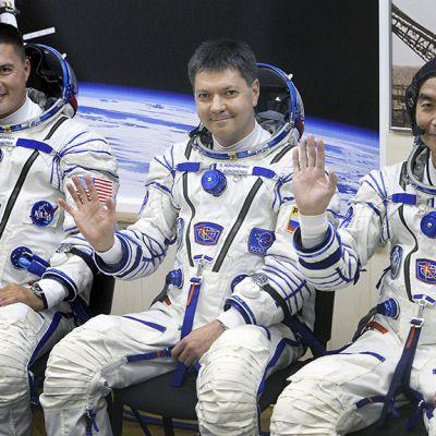 Venäläisen Sojuz TMA 17M -aluksen miehistö tiedotustilaisuudessa Baikonurin avaruuskeskuksessa.