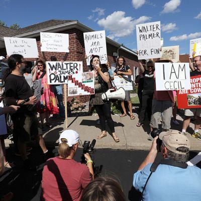 Mielenosoiyyajia ja kuvaajia hammaslääkärin vataanoton edustalla Minnesotassa.