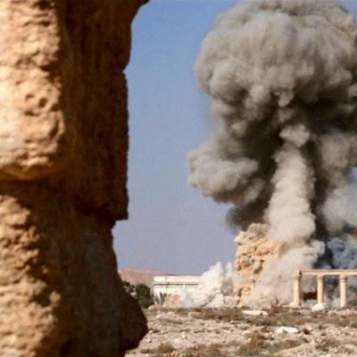 temppeli räjähtää ja savupilvi kohoaa