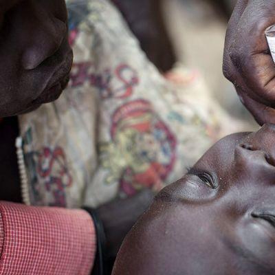 Lääkärit ilman rajoja -järjestö antaa polion vastaisen rokotuksen sudanilaiselle lapselle Minkammenissa.