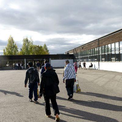 Turvapaikanhakijoita Kouvolan Keltakankaan tilapäismajoituksessa.
