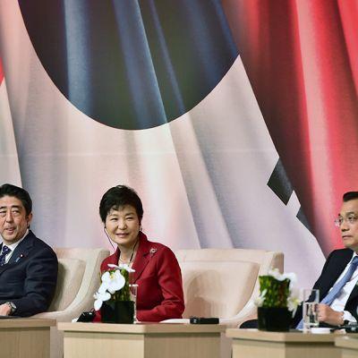 Shinzo Abe, Park Geun-Hye ja Li Keqiang tapaavat Soulissa.