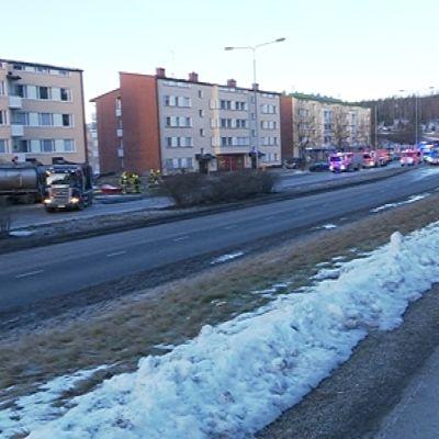 Rikkihappoa kuljettaneen säiliöauto-onnettomuuden vuoksi keskussairaalan on käytössä poikkeusreitit.
