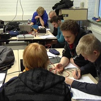 Salpauksen sähkölinjan opiskelijoita oppitunnilla