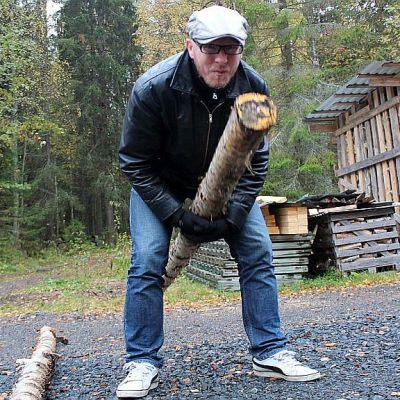 32 senttiset koivuhalot pätkitään kolmen metrin parrusta, jonka Mikkokin jaksaa nostaa.