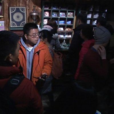 Jiangsu tv:n ohjaaja Xu Zheng Qian suunnittelee kuvakulmia Kiinan We are in love -realitysarjan kuauksissa Santa Parkissa Rovaniemellä.