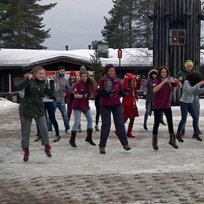 Nuorten tanssitempaus Napapiirin Pajakylässä Rovaniemellä.