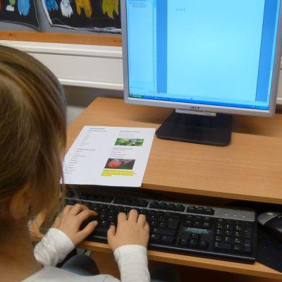 koululainen opettelee kymmensormijärjestelmää