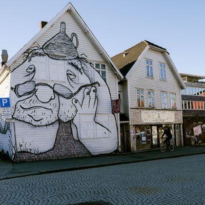 Graffiteja talojen seinillä.