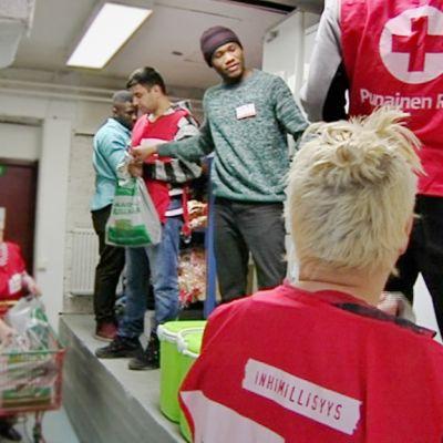 Oulussa Toppilassa useat SPR:n vapaaehtoiset pakkaavat ja jakavat ruoka-apua.