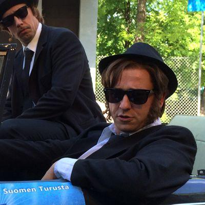 Matin ja Tepon rooleissa olevat Sami Hintsanen ja Petja Lähde istuvat autossa.