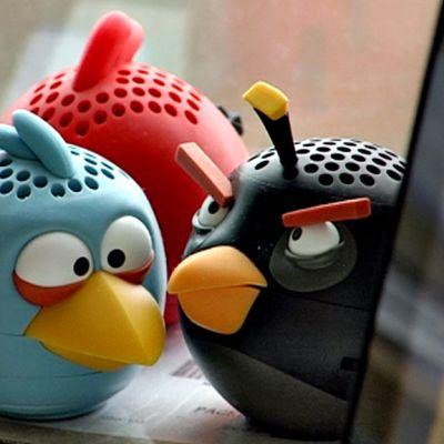 Angry Birds -pelin hahmoja muovisina esineinä paketin päällä lähellä ikkunaa.
