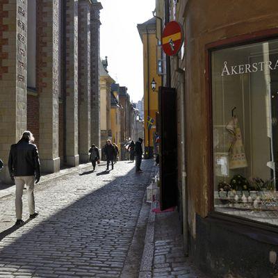 Ihmisiä kävelee kadulla Tukholmassa.
