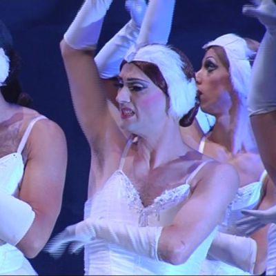 Les Ballets Trockadero de Monte Carlo -ryhmä esittää Joutsenlampea Kuopio Tanssii ja Soi -festivaaleilla.