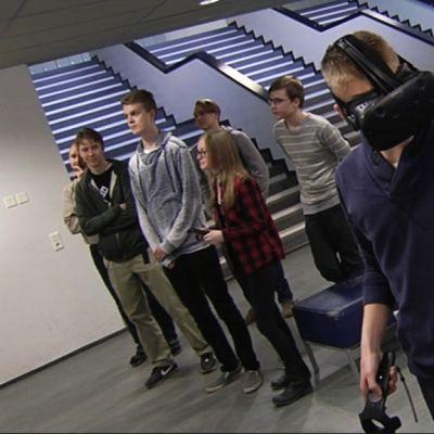 Opiskelija tutustuu virtuaaliympäristöön.