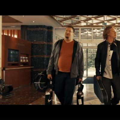 Kolme miestä hotellin aulassa