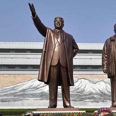 Kim Il-sungin (vas.) ja Kim Jong-ilin patsaat Pohjois-Korean pääkaupungissa