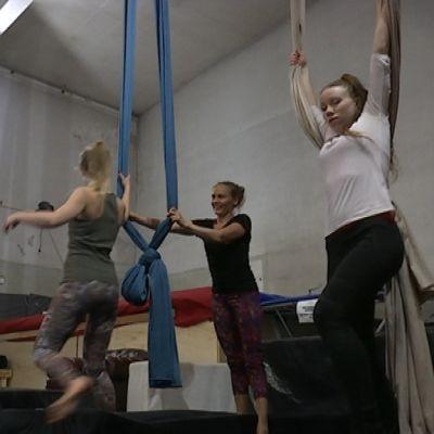 Opiskelijat valmistautuivat vapun viettoon sirkuksessa.