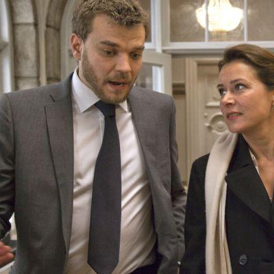 Vallan linnakkeen lehdistöavustaja Kasper (Pilou Asbaek) ja pääministeri Birgitte (Sidse Babett Knudsen).