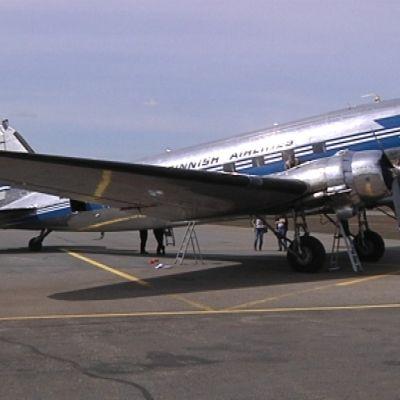 DC-3 Joensuun lentoasemalla.
