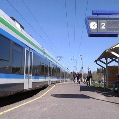 Y-juna saapuu Siuntion juna-asemalle.