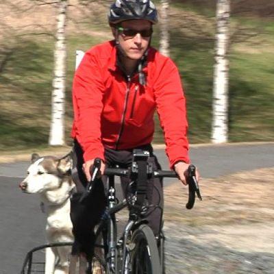 Aivoinfarktista toipunut Esa Karjalainen pyöräilmässä Kami koiran kanssa.