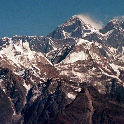 Himalajan vuoriston Mount Everest (kesk.) kuvattuna lentokoneesta.