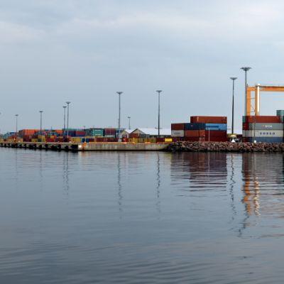 Näkymä HaminaKotkan Mussalon satamaan mereltä käsin.