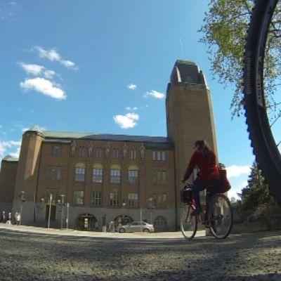 Joensuun kaupungintalo ja pyörä.