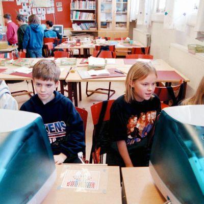Ruotsin kouluissa ongelmana ovat nykyisin ilmastointilaitteiden laiminlyönnit. Kuva tukholmalaisesta luokkahuoneesta vuodelta 1999.