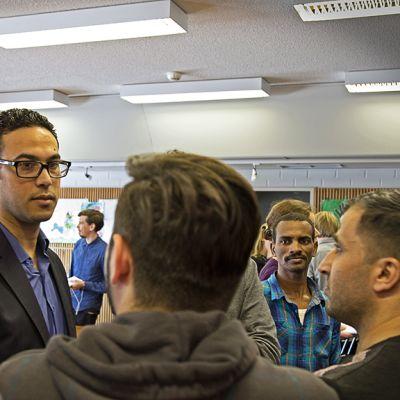Abdelaziz Abdelnapin kokemukset kiinnostivat vastaanottokeskuksessa.