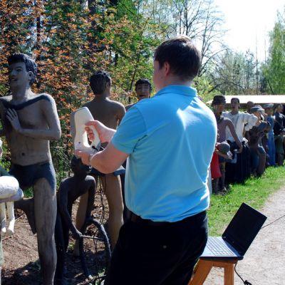 Mikko Ruotsalainen skannaa patsasta Parikkalan patsaspuistossa.