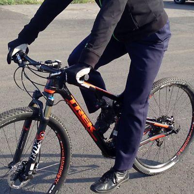 Mies ajaa polkupyörällä