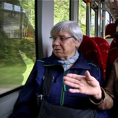 Valma Lehto, oik. ja Rakel Hihnala, vas. istuvat bussissa.