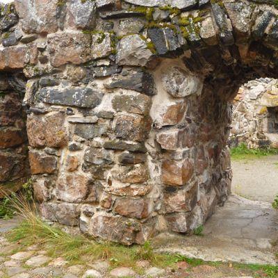 Linnanraunioiden oviaukko, jossa on kaariholvi.