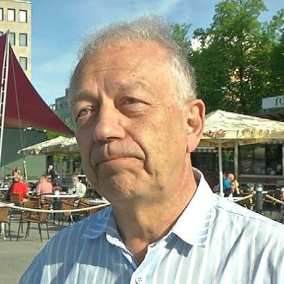 Professori Pekka Puska Joensuun torilla.