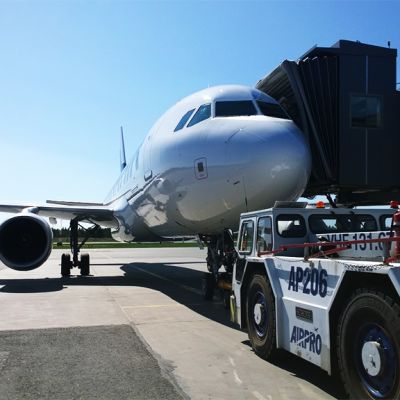 Finnairin Airbus A320 valmistautumassa lähtöön Oulun lentoasemalta 27.5.2016.