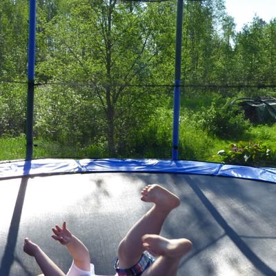 Lapsi trampoliinilla.