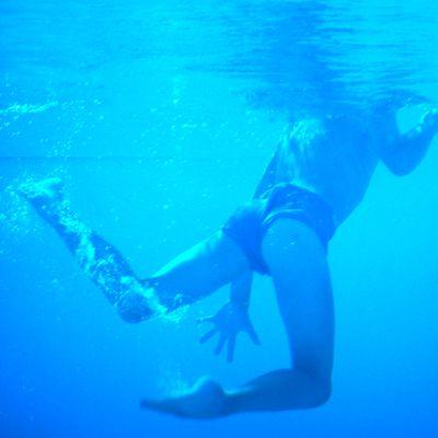 Uimari kuvattuna veden alla