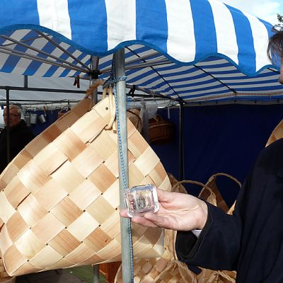 Pohjois-Pohjanmaan maakuntaliiton johtaja Pauli Harju esittelee lahjaksi saamaansa Pohjanmaan maakuntarahaa syysmarkkinoilla Oulussa.
