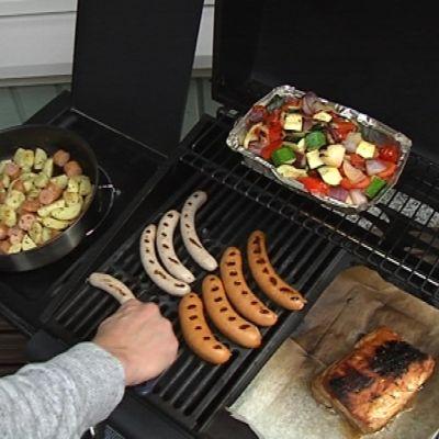 Makkaraa ja kasviksia grillissä.