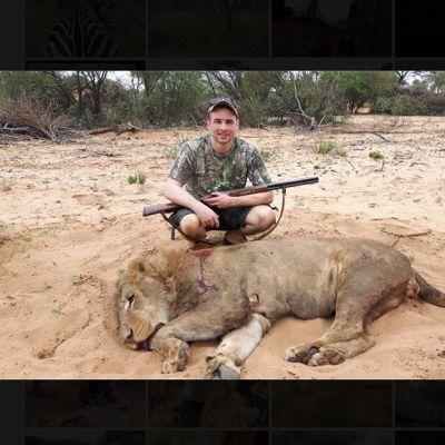 Angelo Vukasovic poseeraa kuolleen leijonan takana.