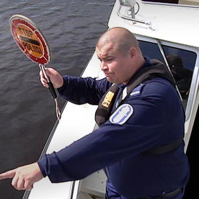 STOP - POLIISI lukee venepoliisi Saku Niemisen kyltissä.
