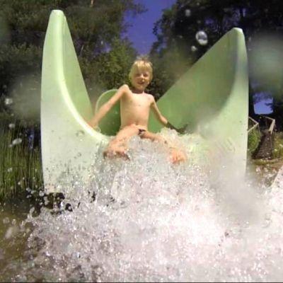 Lapsi laskee vesiliukumäessä.