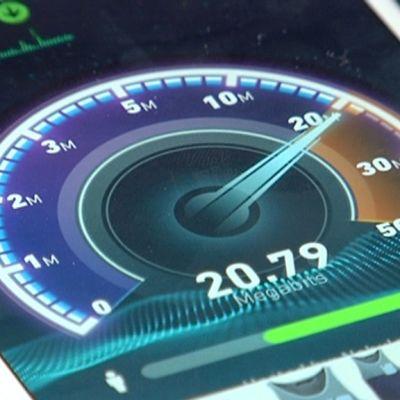 Älypuhelimen näytöllä internetin nopeutta testaava sovellus.