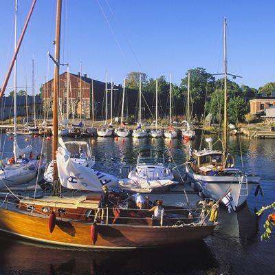 Venesatama kesäisessä Suomenlinnassa.