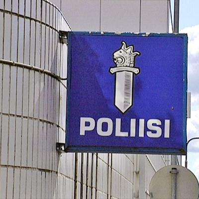 Poliisimerkki Tampereen poliisitalon seinässä.